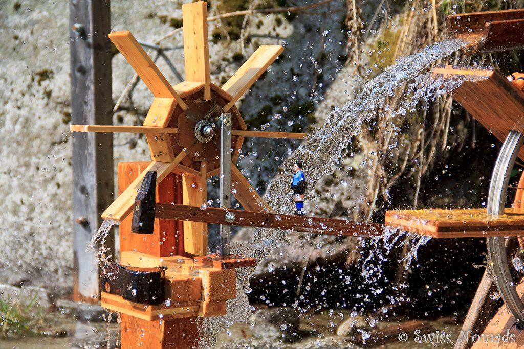 Ausgeklügeltes Wasserrad in Segnas bei Disentis