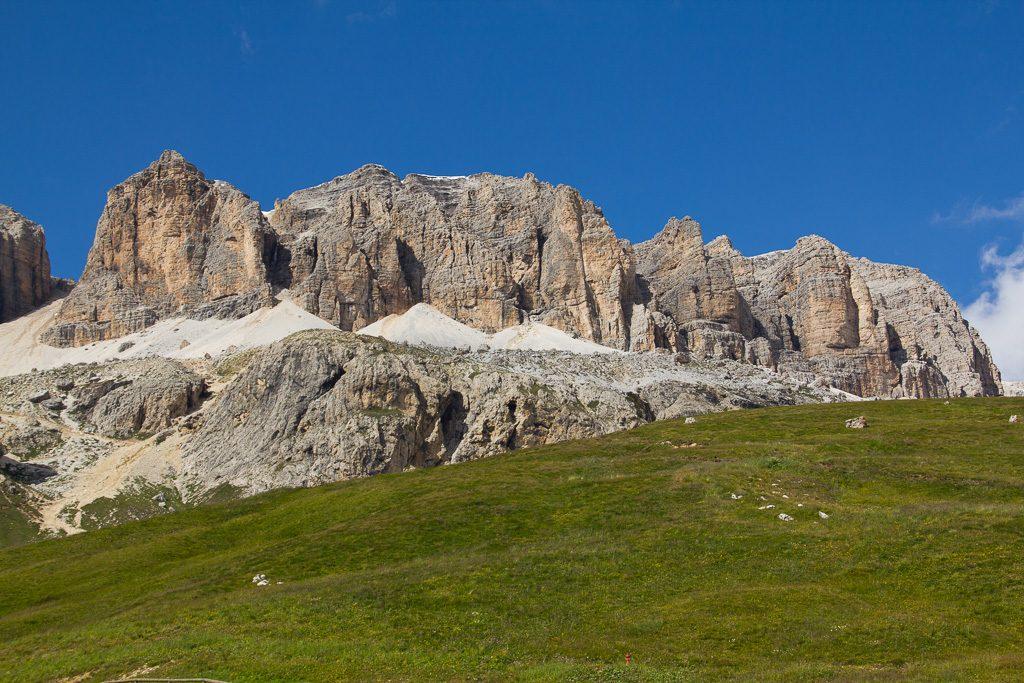 Auf dem Weg zur Wanderung vom Sass Pordoi zum Piz Boe in den Dolomiten