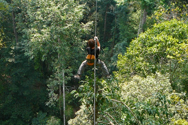 Reni an der Zipline der Gibbon Experience in Laos