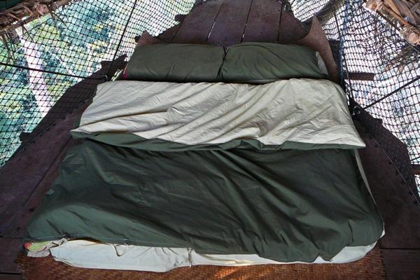 bett im baumhaus swiss nomads. Black Bedroom Furniture Sets. Home Design Ideas