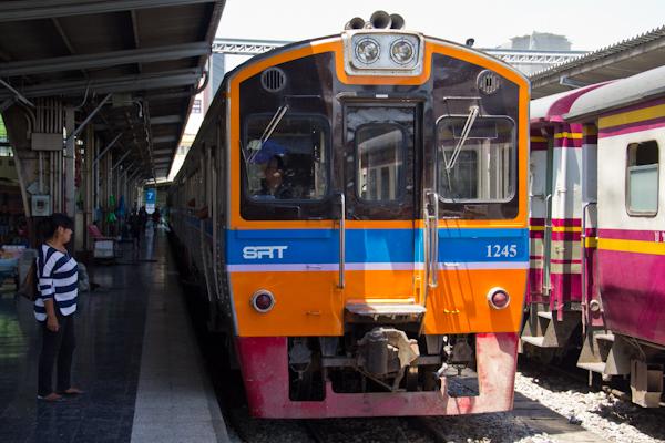 Zug von Bangkok nach Ayutthaya