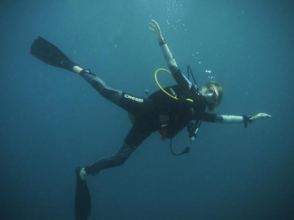 Tauchlehrer unter Wasser