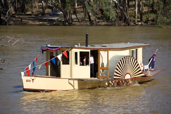 Kleines Schaufelradbetriebenes Boot auf dem Murray River