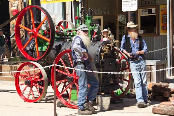 Dampfmaschine und die stolzen Besitzer