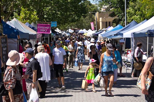 Besucher am Salamanca Markt in Hobart