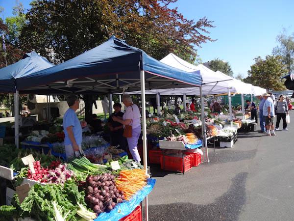 Marktstände mit frischem Gemüse