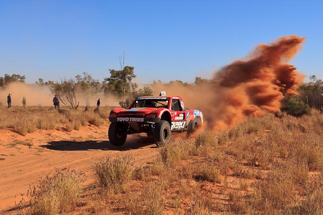 Rennwagen am Finke Desert Race sind unheimlich schnell