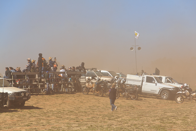 Eine dichte Sandwolke hüllt die Zuschauer des Prologes ein