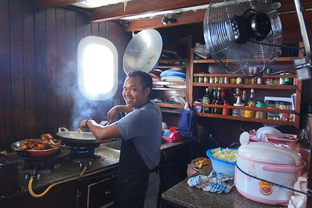 Der Küchenchef leistet hervorragende Arbeit in der engen Bordküche der Jaya