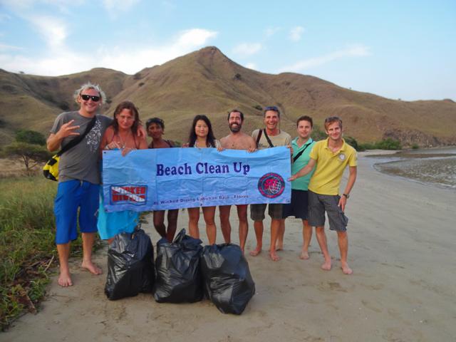 Während den Besuchen von Stränden wird Abfall gesammelt und in Labuan Bajo entsorgt