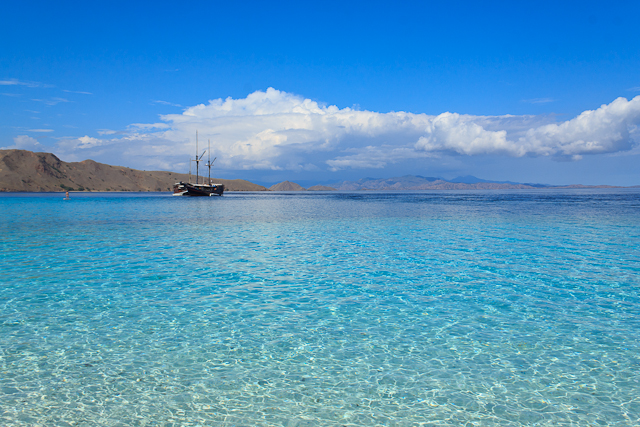 Glasklares Wasser im Komodo Nationalpark in Indonesien
