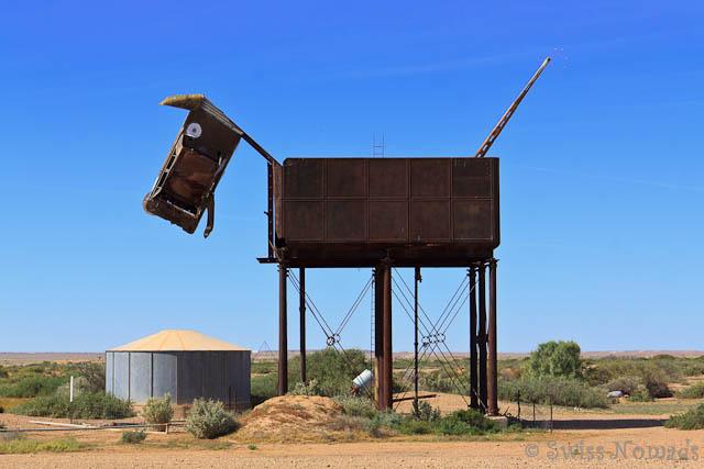Outback Kunst. Der Dingo aus einem alten Wassertank der Ghan und einem Autowrack