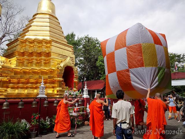 Die Mönche im Wat Pan On lassen eine riesige Laterne steigen