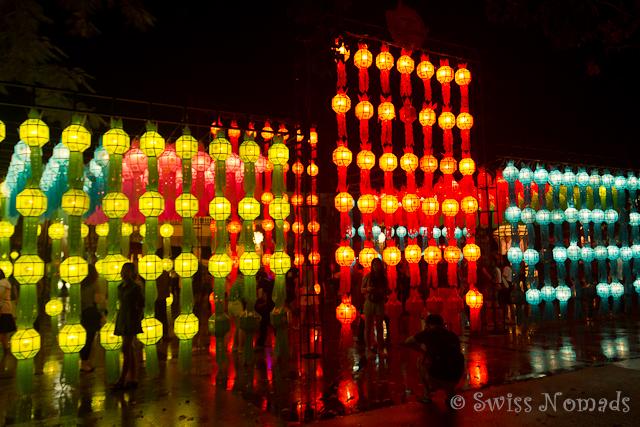 Chiang Mai erleuchtet während des Loy Krathongs / Yi Peng in einem Lichtermeer aus Laternen