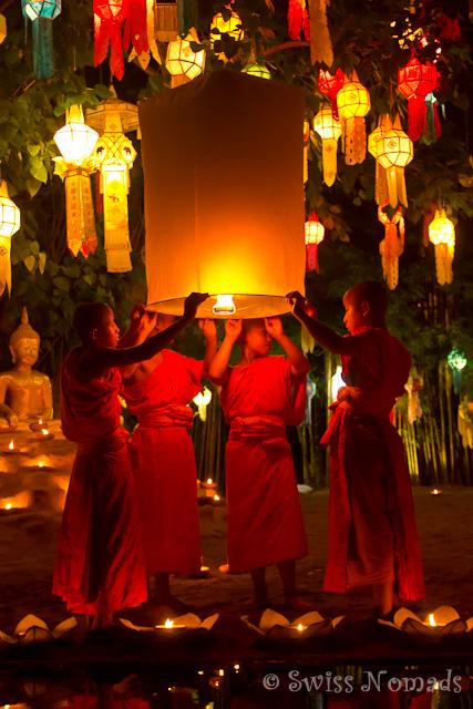 Mönche lassen während des Loy Krathongs in Chiang Mai Laternen steigen