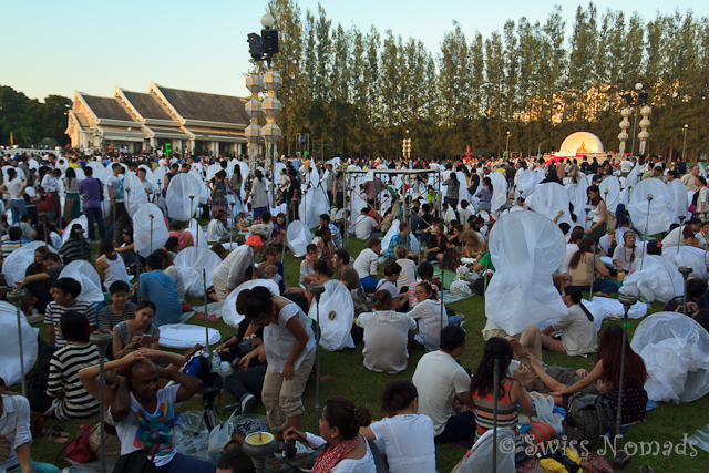 Inmitten der dicht an dicht gedrängten Besucher des Mae Jo Laternenfestivals