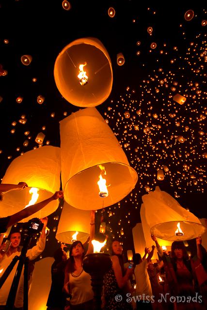 Tausende von Laternen steigen am Lichterfestival in den Himmel
