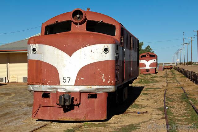 Die alten Diesellokomotiven der Ghan erinnern in Marree an die Bahnlinie