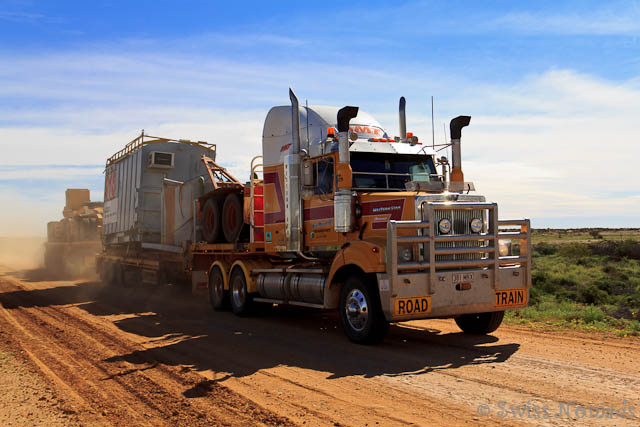 Entgegenkommende Roadtrains auf Schotterpisten können gefährlich sein