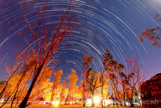 Sternenbahnen über dem Campingplatz