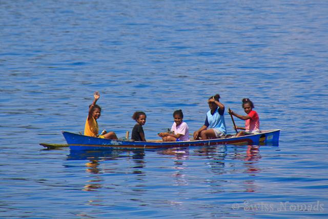Familie unterwegs mit einem traditionellen Boot in Raja Ampat