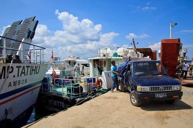 Beladen des Versorgungsbootes im Hafen von Sorong