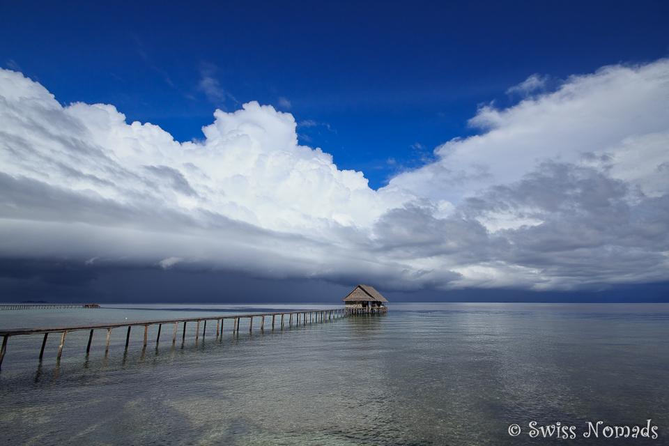 Dramatisches Schauspiel der Wolken über Raja Ampat