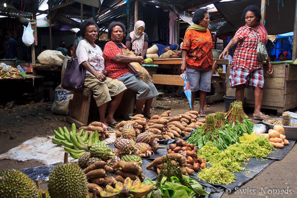 Auf dem Markt in Sorong werden lokale Frischwaren angeboten