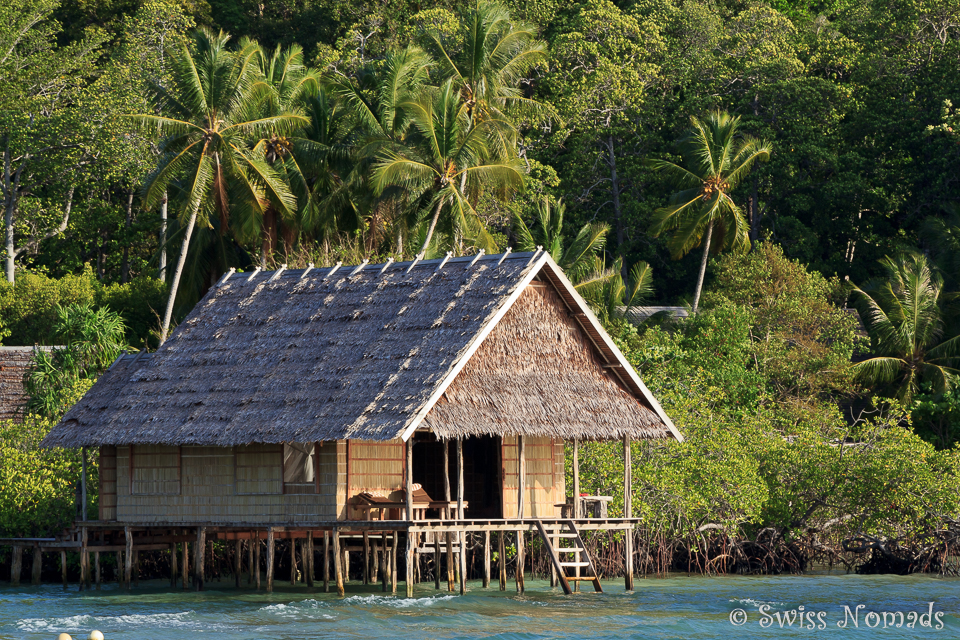 Typisches Bungalow in den Resorts in Raja Ampat