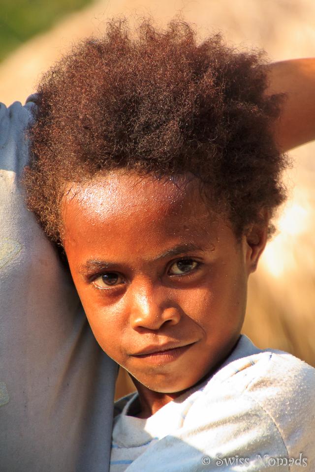 Scheues Mädchen aus dem Nachbardorf Kabui