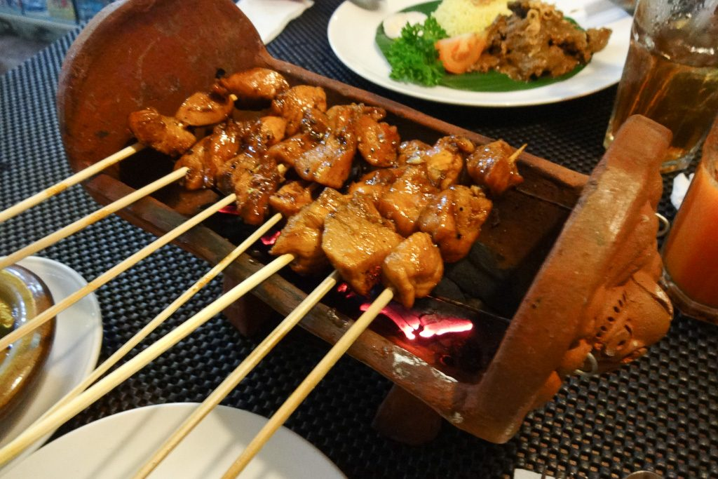 Die Chicken Satay im Restaurant Downown in Sanur
