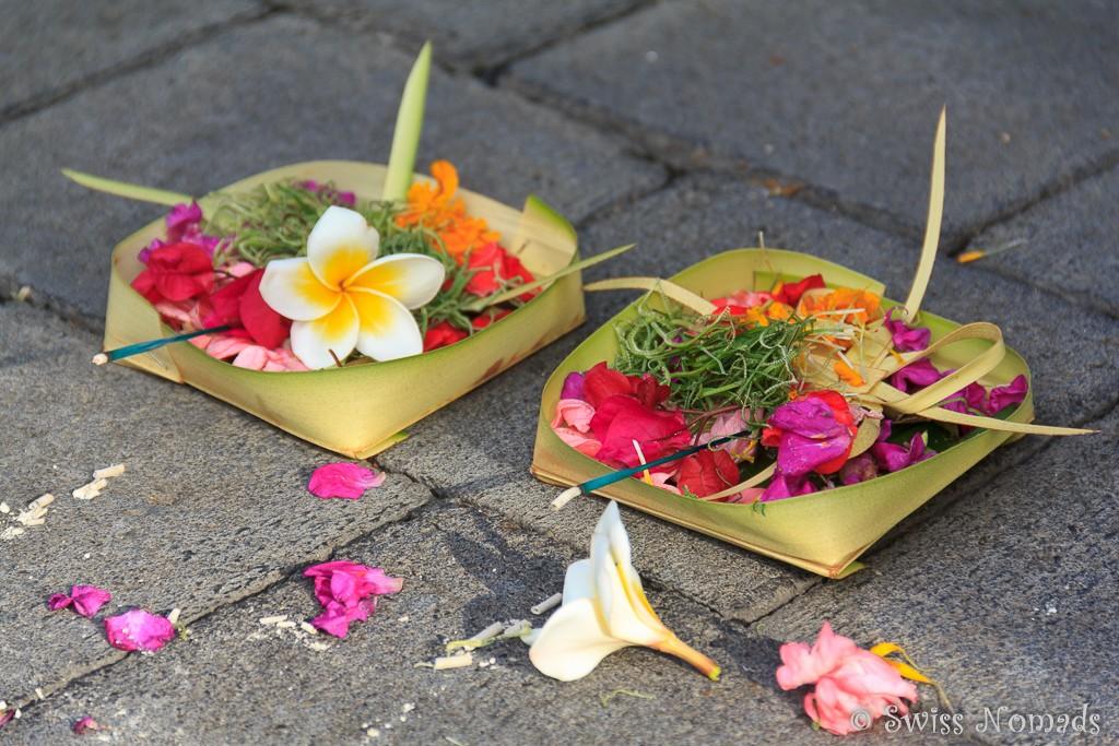 Opfergaben auf der Strasse auf Bali