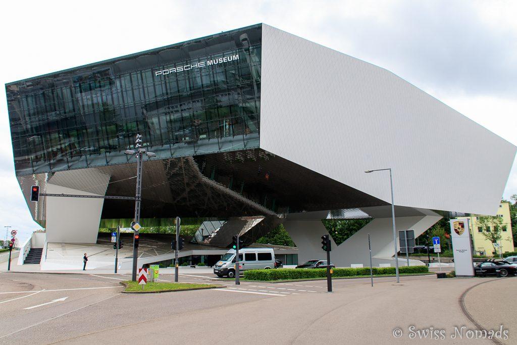 Das futuristische Gebäude des Porsche Museums in Stuttgart