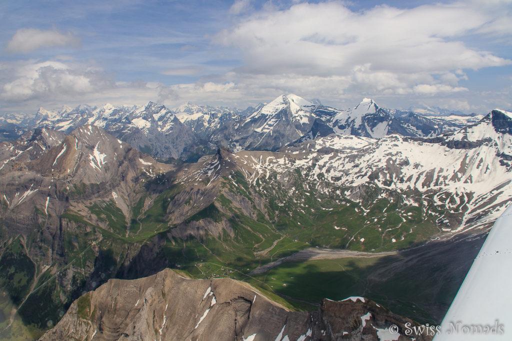 Auf dem Flug durch die Schweizer Alpen