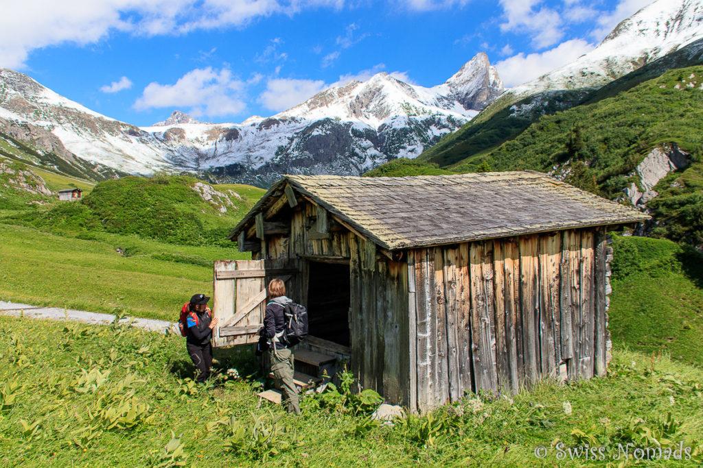 Die Hüttenbibliothek entlang des Grünen Rings in Lech