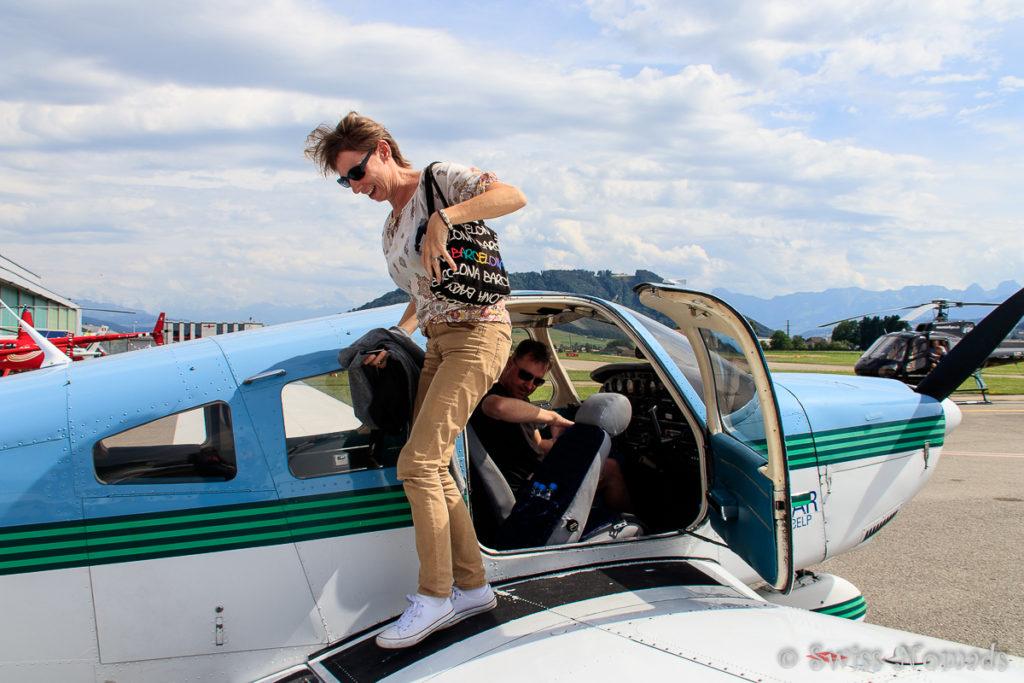 Reni steigt glücklich aus dem Flugzeug. Was für ein Erlebnis, so ein Alpenrundflug
