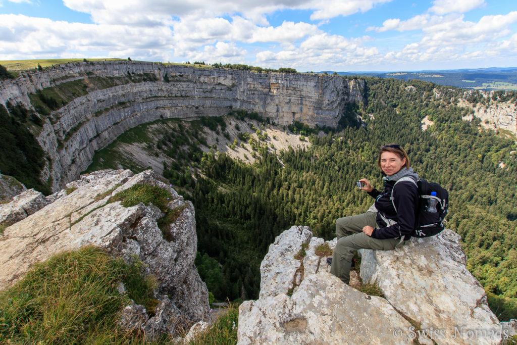 Reni auf einem Felsen entlang der Creux du Van Wanderung