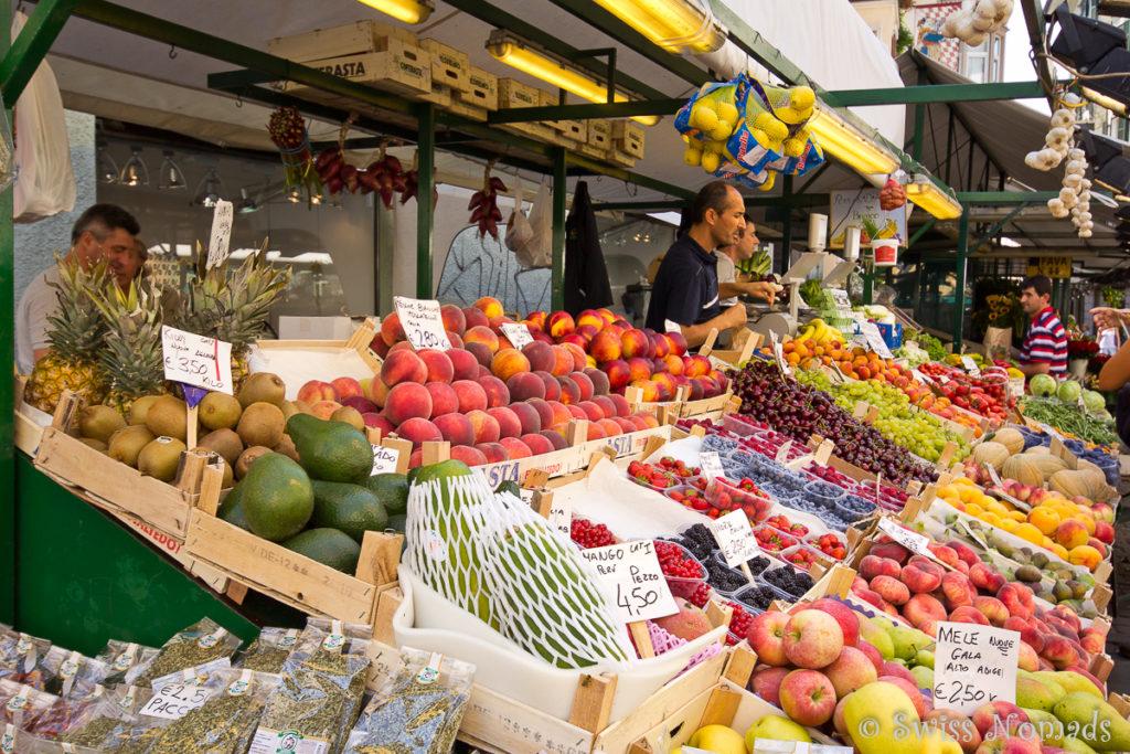 Der Frischwarenmarkt auf der Piazza delle Erbe in Bozen