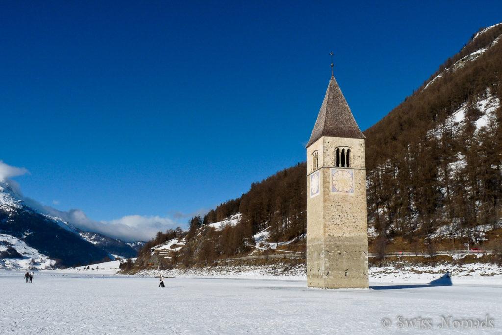 Der Kirchturm inmitten des Reschensees auf dem Weg ins Südtirol