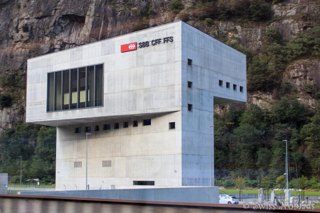 Aus der neuen Betriebszentrale in Pollegio wird der Betrieb des Gotthard Basistunnels gesteuert