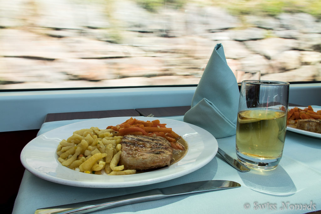 Das leckere Mittagessen wir in der Bordküche des Glacier Express frisch zubereitet