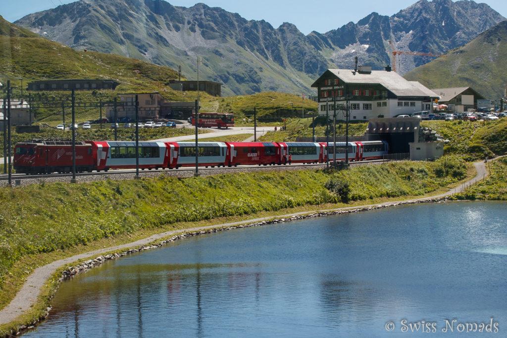 Der Glacier Express fährt über den Oberalppass