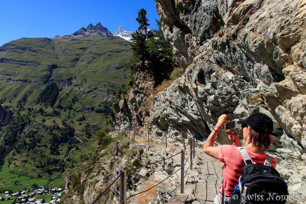 Auf dem Wanderweg auf der Sonnenseite oberhalb von Zermatt