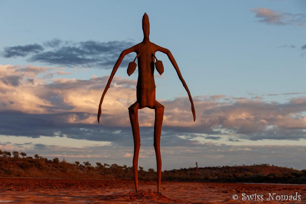 Eine der Skulpturen im warmen Morgenlicht