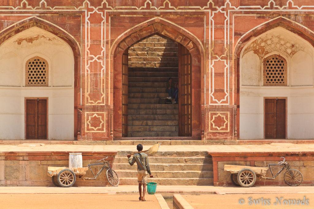 Ein Arbeiter beim Humayun Mausoleum