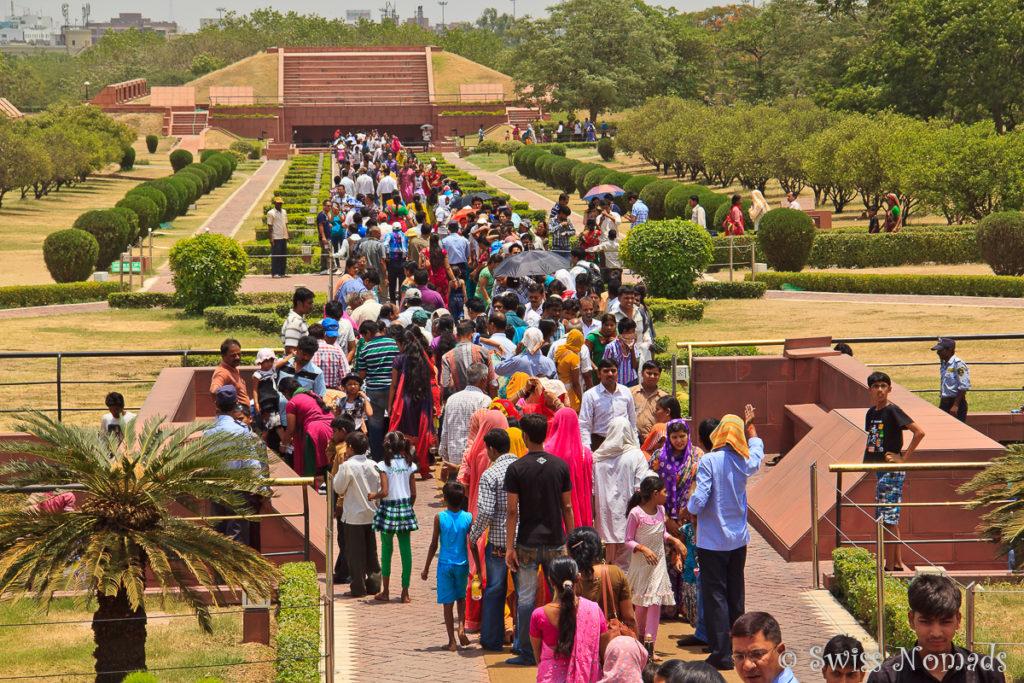 Die Besucher beim Lotus Tempel