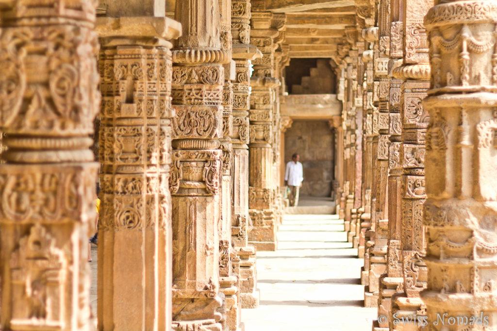 Der Säulengang im Qutab Minar