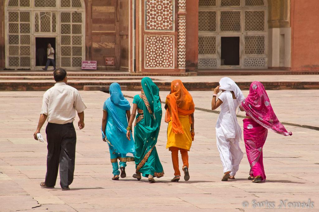 Indische Frauen mit ihren bunten Saris im Akbar Mausoleum