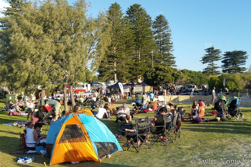 Besucher an den South Beach Sunset Markets in Fremantle