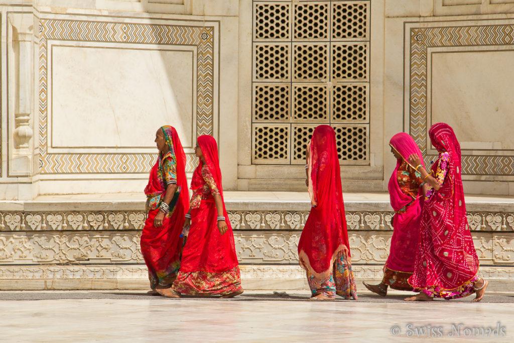 Die bunte Saris der Indischen Frauen vor dem Taj Mahal in Agra